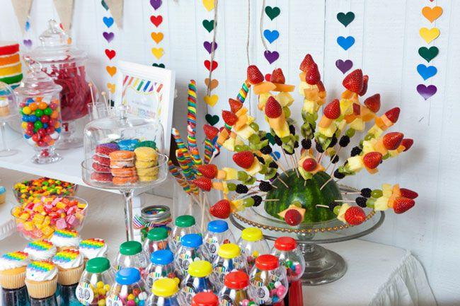 Tem coisa mais alegre do que uma decoração nas cores do arco-íris? A composição é harmônica por natureza, e para mim é inevitável abrir um sorriso! Veja as