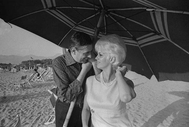 Amanti delle vacanze in Versilia, Dario Fo e Franca Rame sulla spiaggia di Forte dei Marmi nel 1962.