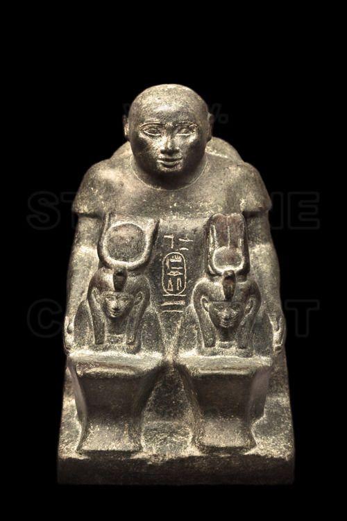 Cette statuette représente un personnage officiel de haut rang, Harwa, portant deux figures de déesses. Cet intendant en chef du roi a servi sous le règne d'Amenirdis Ier durant la 25ème dynastie (700-670 ap JC).