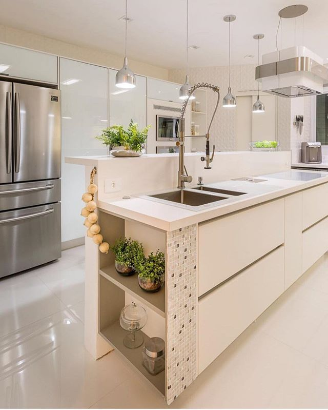 Apaixonada por essa cozinha By @moniserosaarquitetura #arquiteturadeinteriores #cozinha  #arquitetura #archdecor #archdesign #archlovers #interiores #instahome #instadecor #instadesign #design #detalhes #produção #decoreseuestilo #decor #decorando #decordesign #luxury #decorlovers #decoração #homestyle #homedecor #homedesign #decorhome #home #allwhite #kitchen #cuisine #decoracaodeinteriores