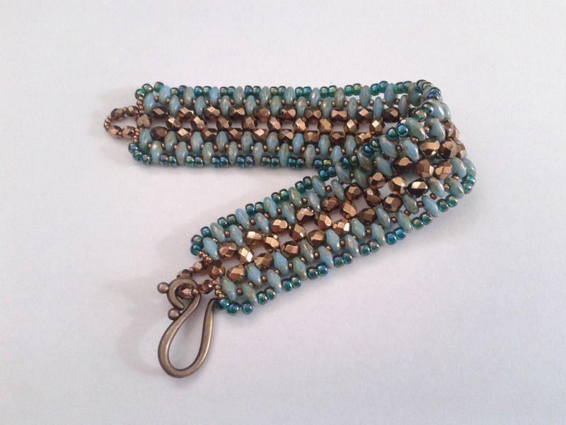 handgewebtes Armband aus Super Duos und Glasperlen von tizianat auf DaWanda.com