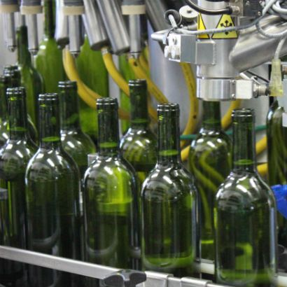 Filling bottles with Sauvignon Blanc