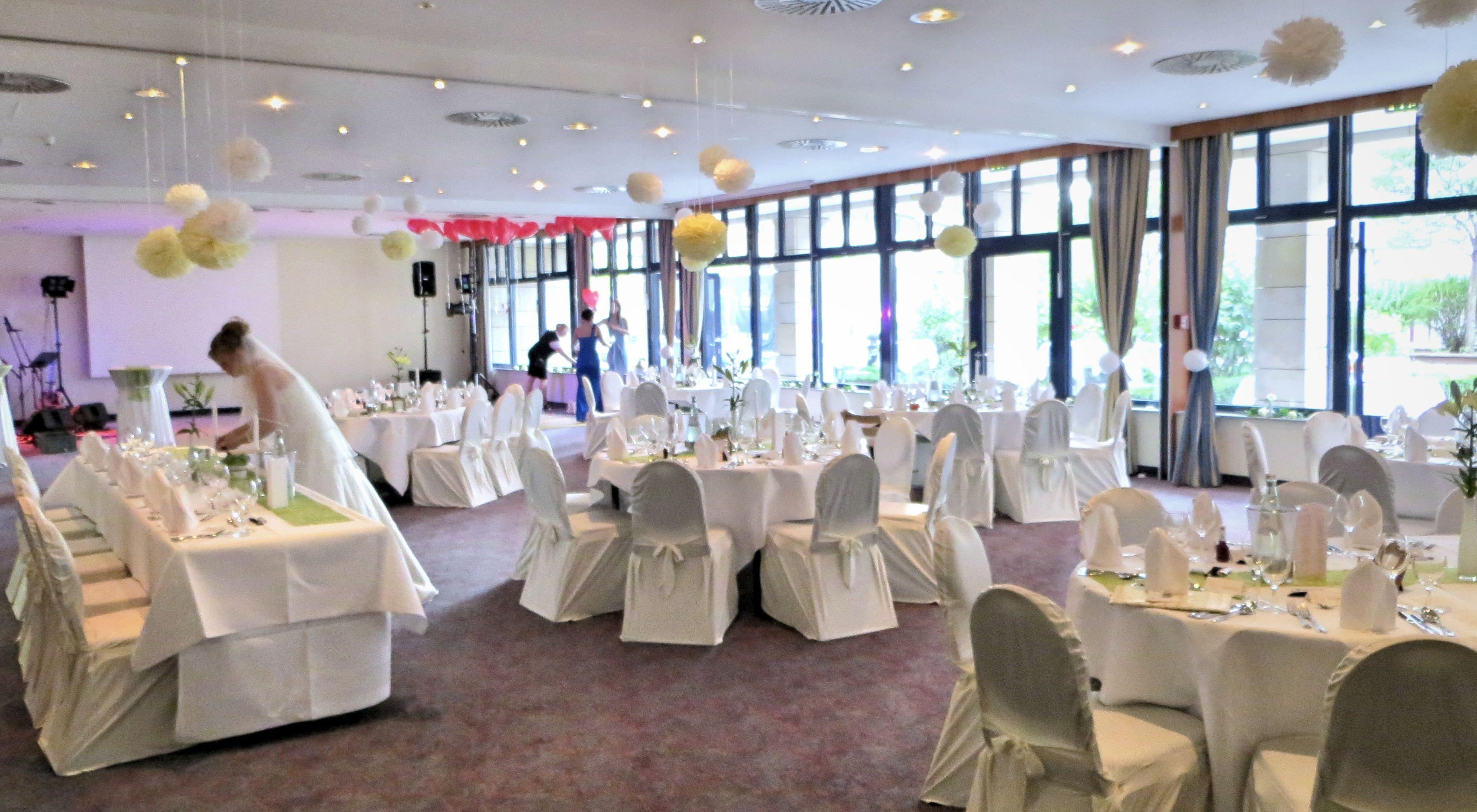 Hochzeit in Räumen Goslar Bodetal Deko weiß Ballons