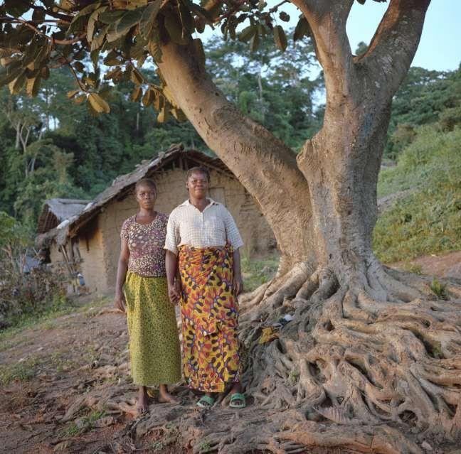 Martine (a destra) stringe la mano a Elisee, rifugiata della Repubblica Centrafricana che sta ospitando nella sua casa. Martine dice che lei stessa in passato è stata accolta come rifugata e che è ben contenta di poter ricambiare. www.unhcr.it  ©UNHCR/B.Sokol