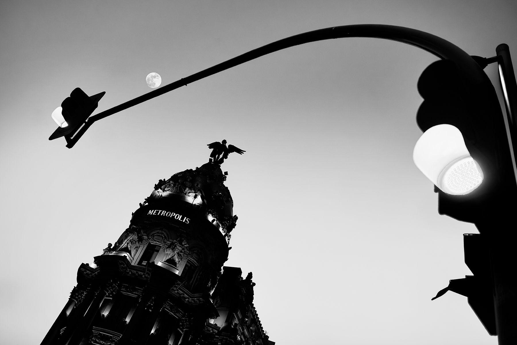 Metrópolis bajo cielo con luna