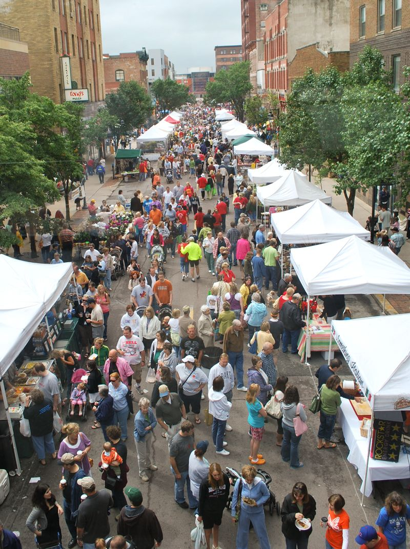 Downtown des moines farmers market on court avenue may