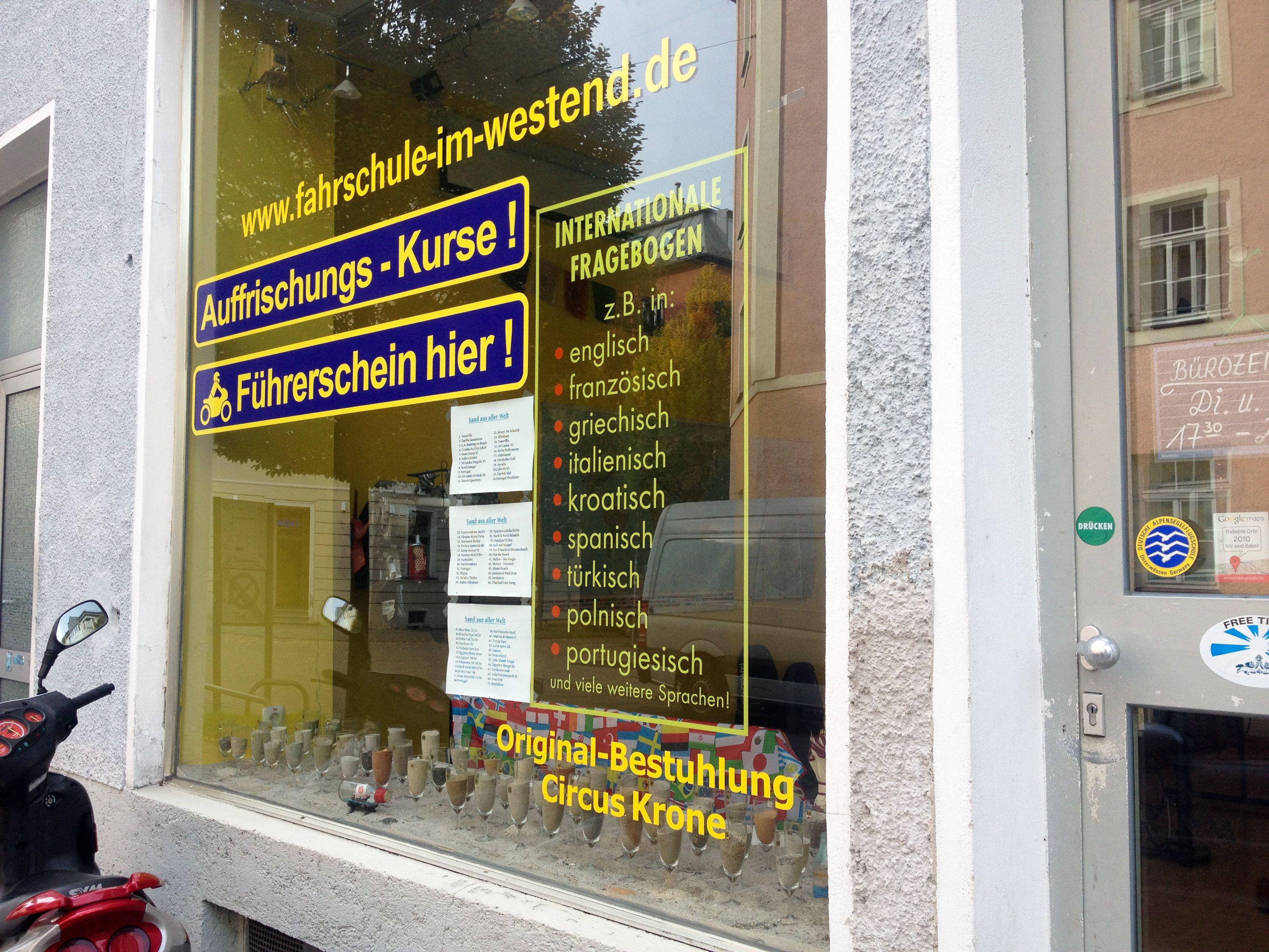 Fahrschule in der Tulbeckstraße. Legendäres Schaufenster mit Sand aus aller Welt.  www.fahrschule-im-westend.de/
