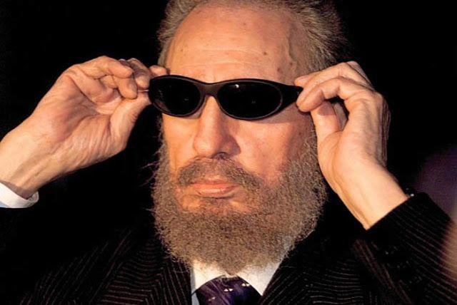 16 de noviembre 1999. Castro bromea poniéndose unas oscuras gafas de sol mientras habla con la prensa en La Habana, durante una cumbre internacional. Christophe Simon/AFP/Getty Images. Fuente. El popular programa español Caiga quien caiga, (CQC) presentado por El Gran Wyoming, en 2009 consiguió que Fidel se colocase las famosas gafas que siempre intentaban regalar a los personajes objeto de sus reportajes.