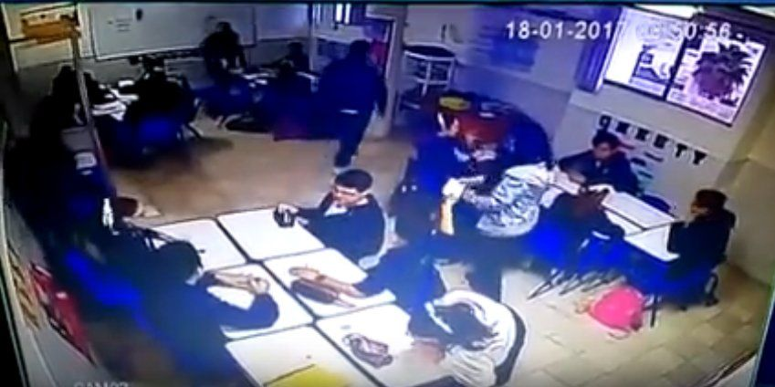 RT @Its_gone_viral:  GRAPHIC CONTENT: Horrific moment kid starts shooting classmates and teacher then shoots himself dead in Mexico.. https://t.co/LGdMDfrDNV