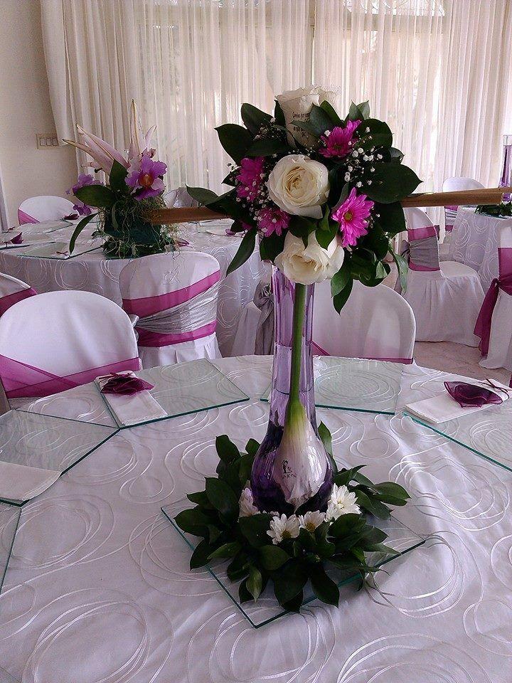 Centro de mesa con rosas y lirio en colores de temporada orqu dea radiante logrando con pocas - Centros de mesa para boda economicos y elegantes ...