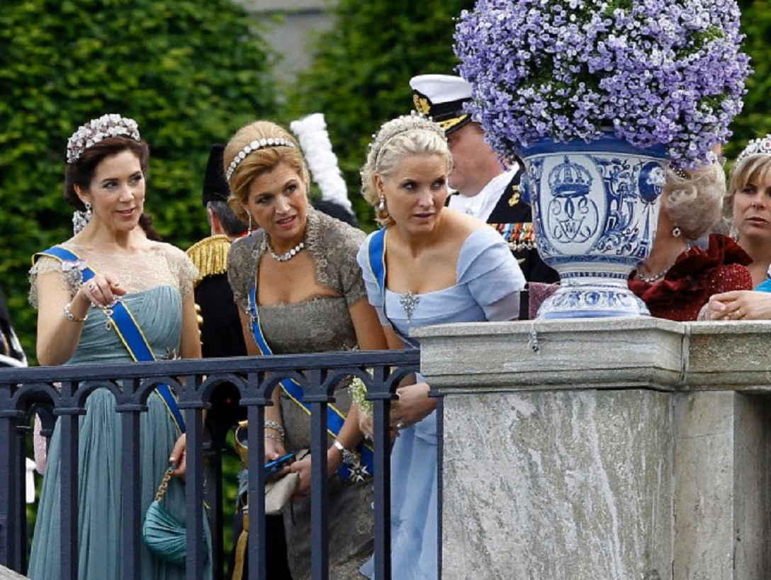 L r princess mary of denmark princess maxima of the for Queens wedding balcony