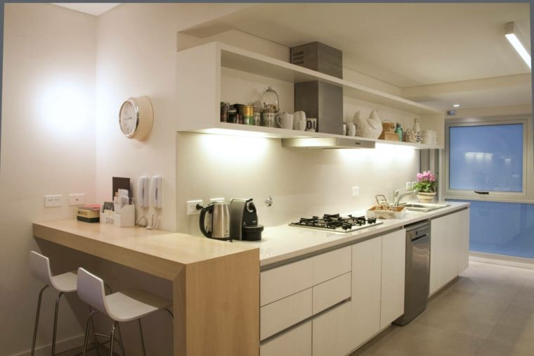 Arredare la cucina con mobili di design di colore bianco con piccola ...