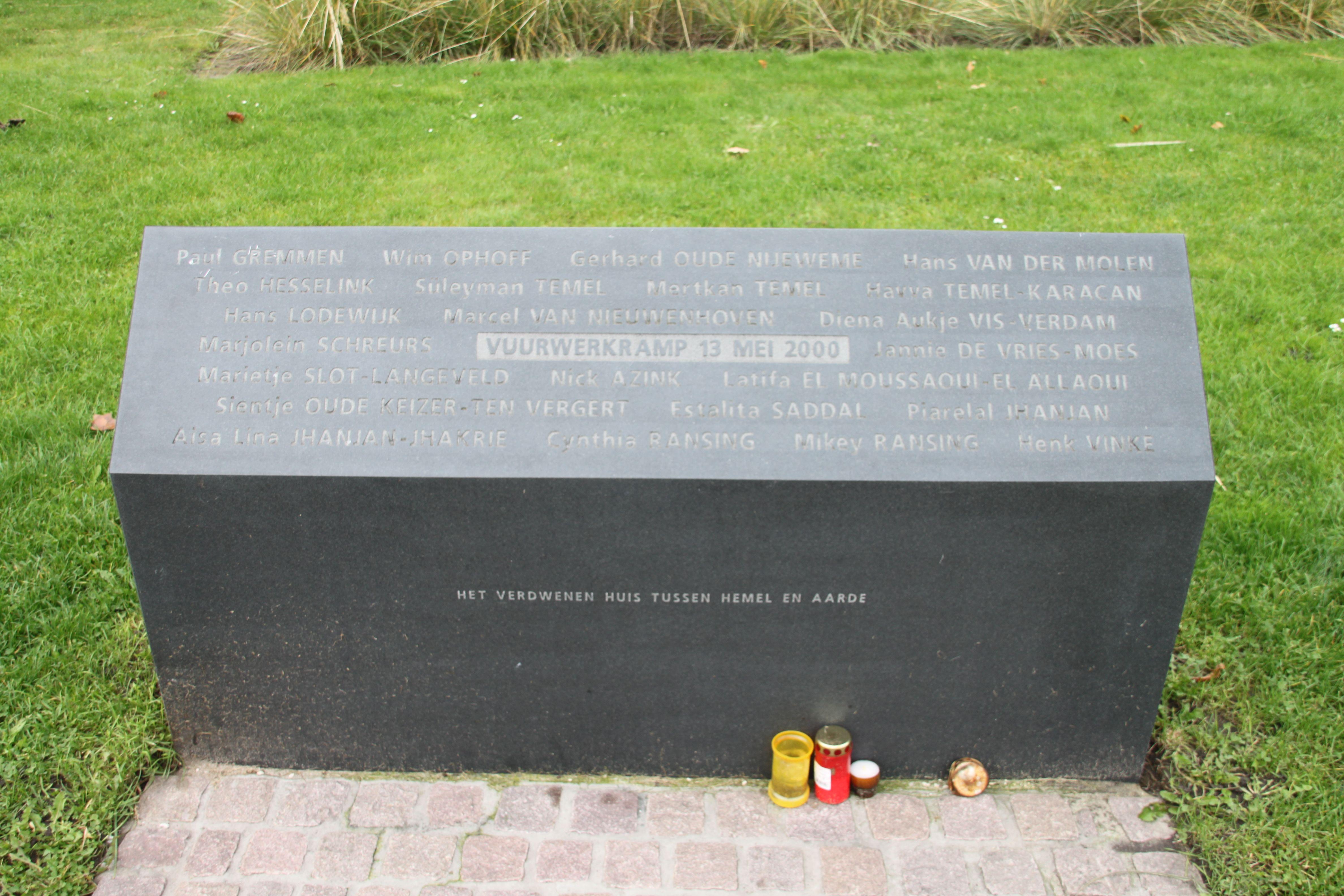 """Enschede - Roombeek. Op 13/5/2000 explodeerde de vuurwerkfabriek S.E. Fireworks in Enschede. Er vielen 23 dodelijke slachtoffers en 950 gewonden. De hele wijk van 40 ha (500 woningen) werd vernield. Het monument """"Het verdwenen huis tussen hemel en aarde"""" (gemaakt door Balka) ligt nog op de plaats van de explosie,  een stuk fundering van de oude vuurwerkopslagplaats, en een steen met de namen van de doden. Foto: G.J. Koppenaal,  21/10/2015."""