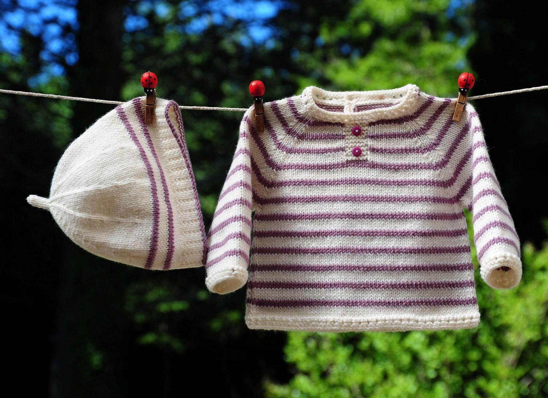 ca8234a7eb2 layette ensemble 1-3 mois blanc mauve brassière et bonnet tricoté main    Mode