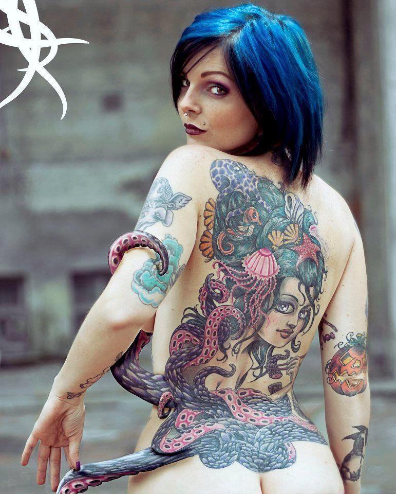 Chicas desnudas con tatuaje de pelo azul
