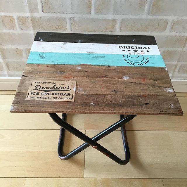 100円ショップに売っている小さな折りたたみ の簡易パイプ椅子をリメイクして おしゃれなインテリアをdiyするのが最近流行っているのをご存知でしょうか パイプ椅子の座面の部分を取り払って 収納に便利なボックスやミニ テーブルを手作りできるんですよ 100均素材
