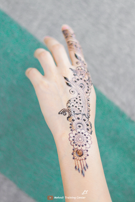نقش الحناء الجميل على ظهره تصميم الحناء الأنيق والبسيط نقش الحناء خطوة بخطوة Henna Hand Tattoo Hand Henna Henna Mehndi
