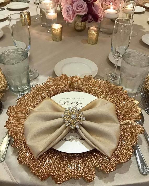 Anillos de servilleta de lujo sparkle. Tamaño del anillo de servilleta: 2 x 2 redondo Joyería de la mesa con un toque elegante para evento de bodas y especial. Viste tu mesa con este anillo de servilleta de diamantes de imitación elegante brillo oro para que su mesa especial para sus invitados a #napkinrings