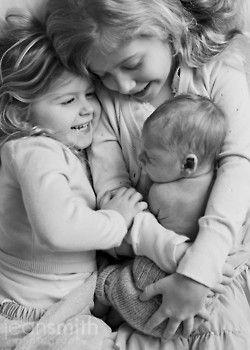 Geschwisterfoto voller Emotionen mit drei Kinder