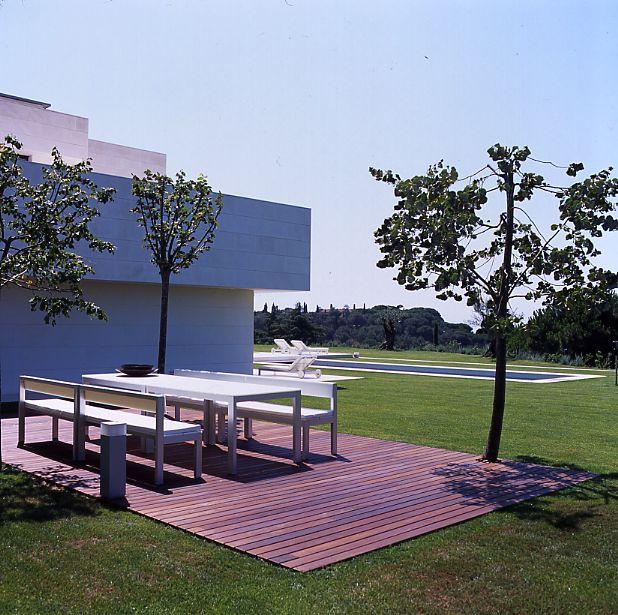 Paisajismo moderno jardin piscina sillas tumbona for Paisajismo jardines modernos