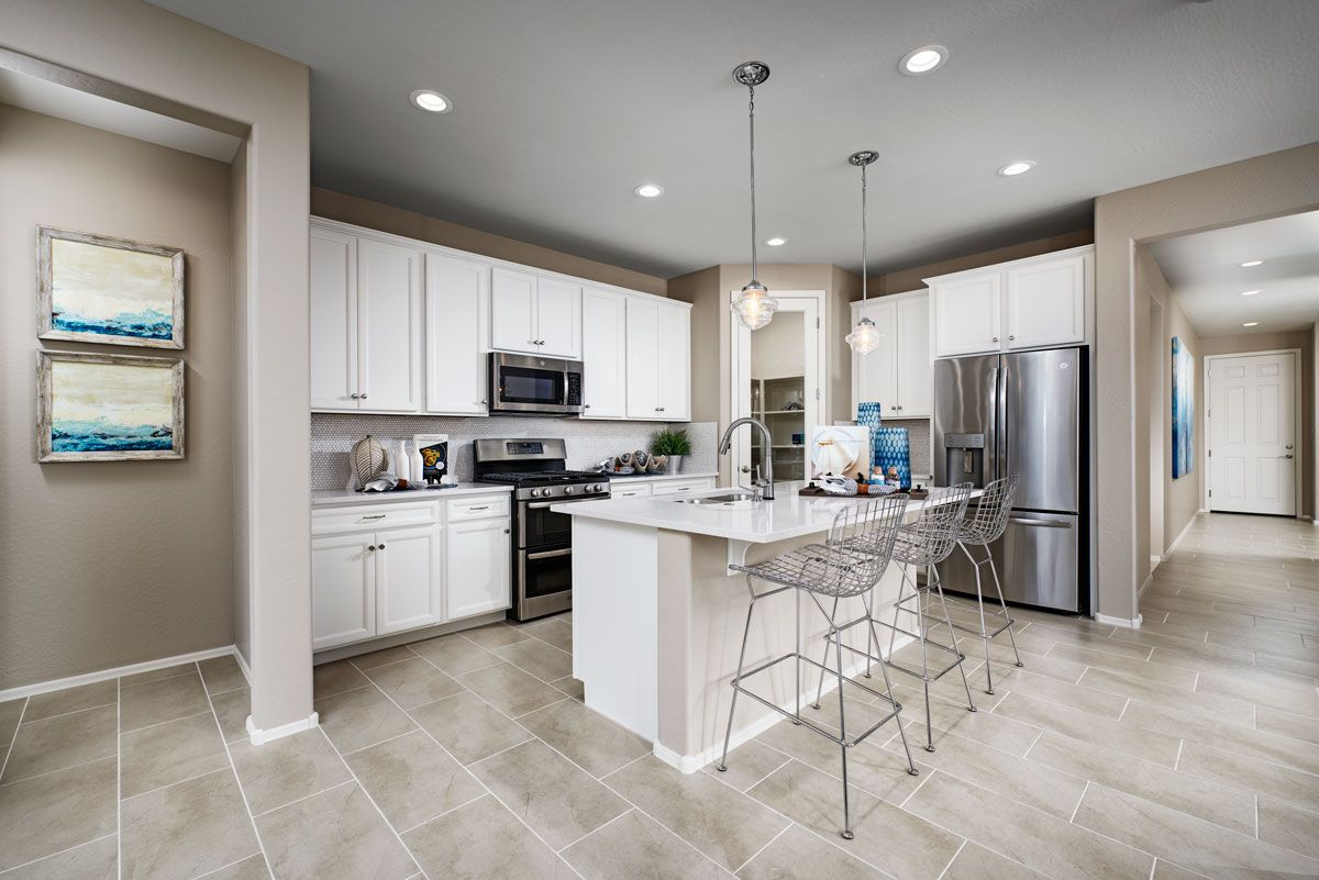 Stainlesssteel appliances + white & countertops