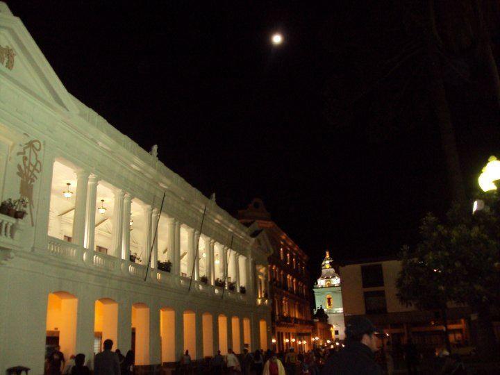 Noche de luna llena en el centro histórico en Quito Ecuador