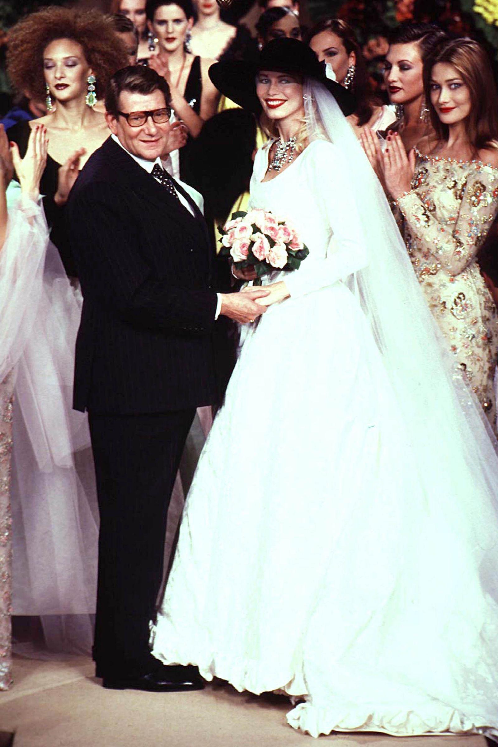 In Photos Claudia Schiffer S Best 90s Runway Moments Models Claudia Schiffer Modell