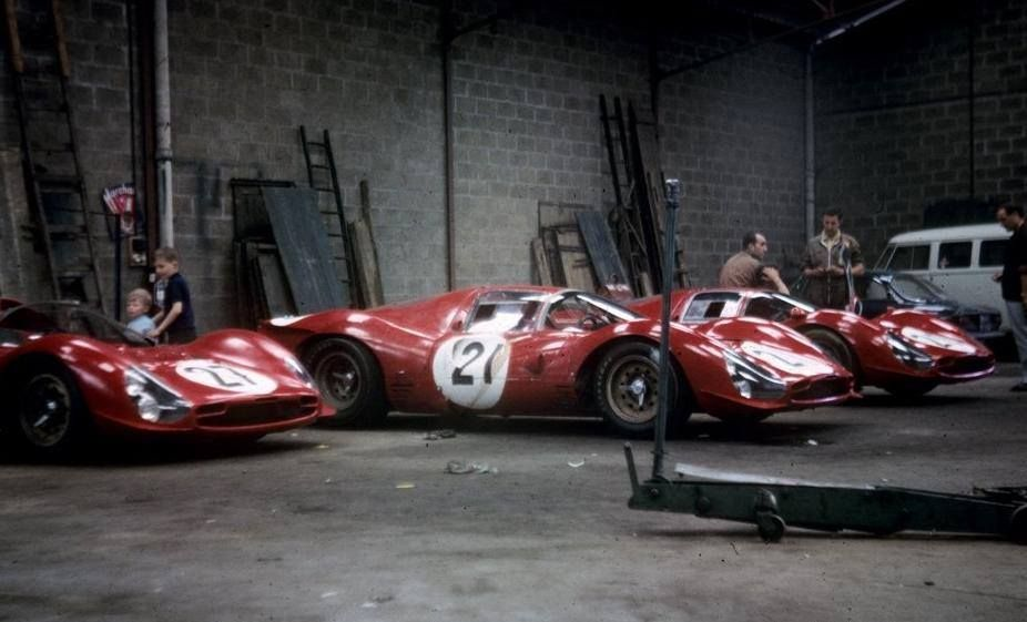 Ferrari 330 P Le Mans 1966 The Three P3 0846 0844 And 0848 In The Garage Shed That Usually Housed The Official Ferrari Te Auto Tekeningen Racewagens Auto