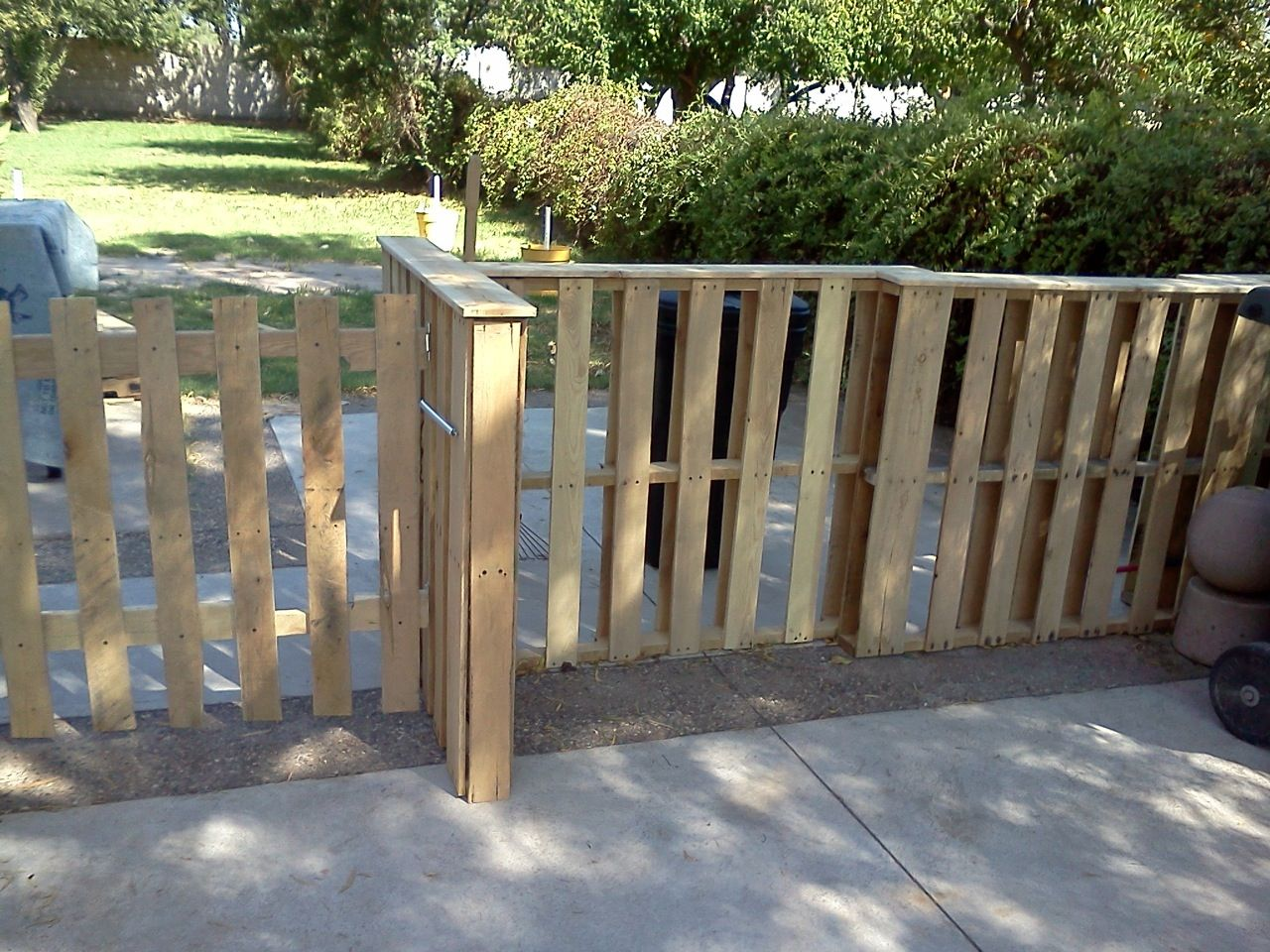 Pallets fence DIY Garden Pinterest