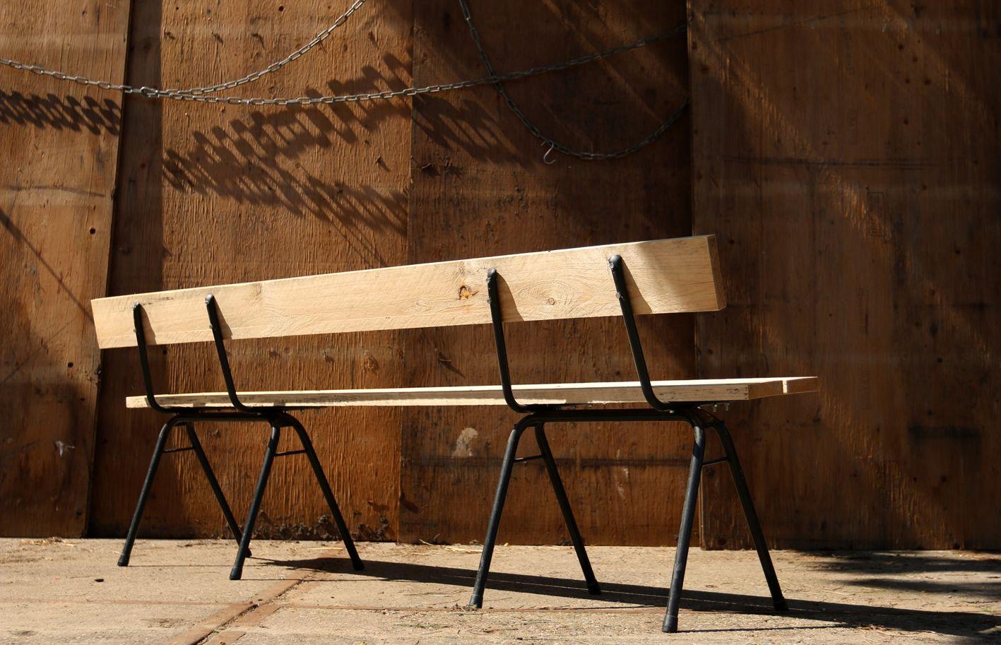 Oude schoolstoeltjes omgetoverd tot minimalistische tuin bank