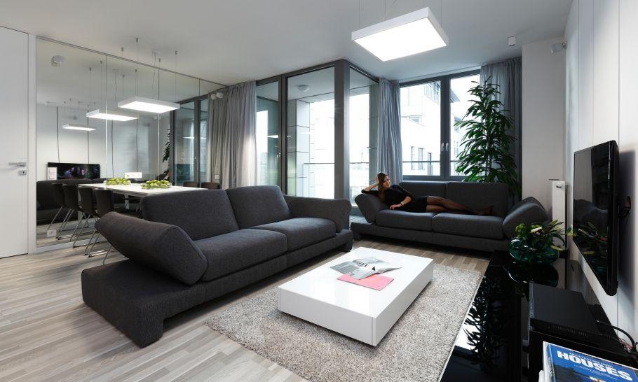 Obývačkové sedenie pozostáva v dvoch samostatných látkových pohoviek, ktoré považujeme za krajšie riešenie ako rohová sedačka. Pohovky umožňujú zmeny uhlov zadných aj bočných opierok, sedačky tak môžu plniť funkcie lôžok pre príležitostné návštevy a taktiež rozšírené miesto pre sedenie za jedálenským stolom.