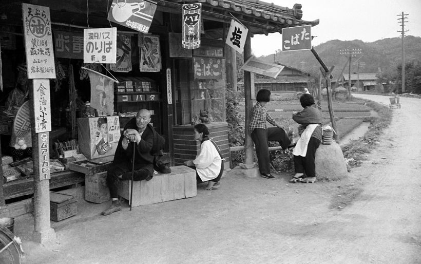 "Bus stop at Shingu, 1956 || At a bottom left there is a sign ""ムアーカレー/Muakare"", a popular curry rice brand"