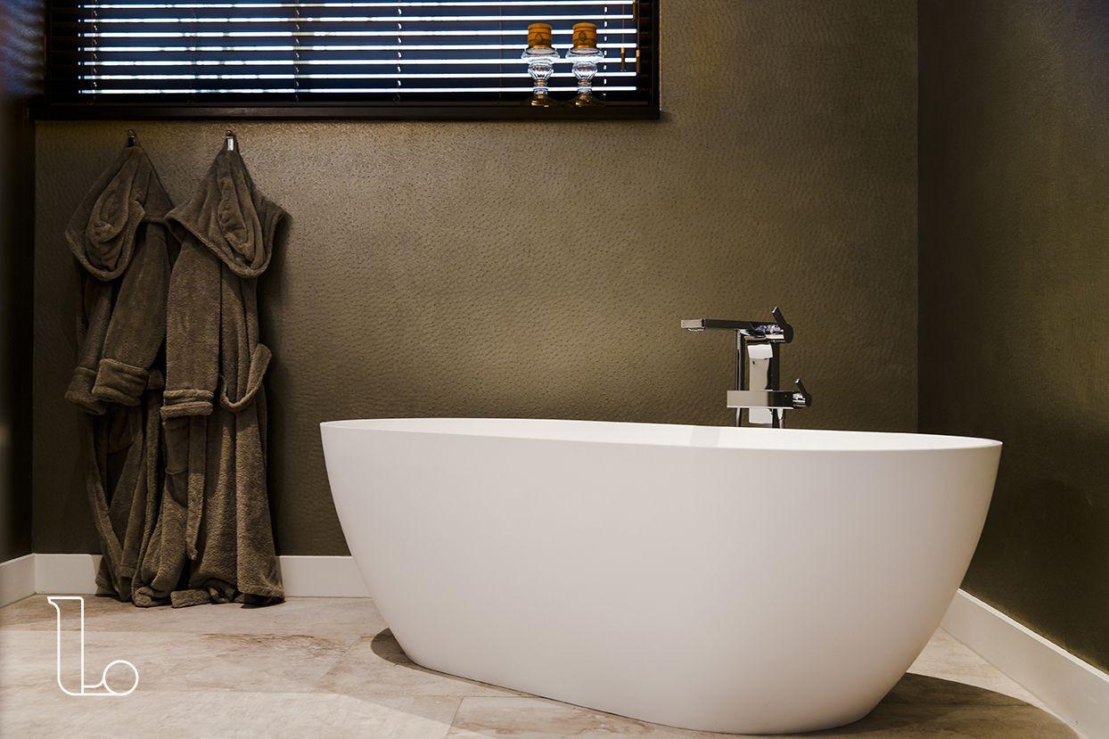 Inloopdouche Met Regendouche : De badkamer heeft een ruime inloopdouche met een enorme