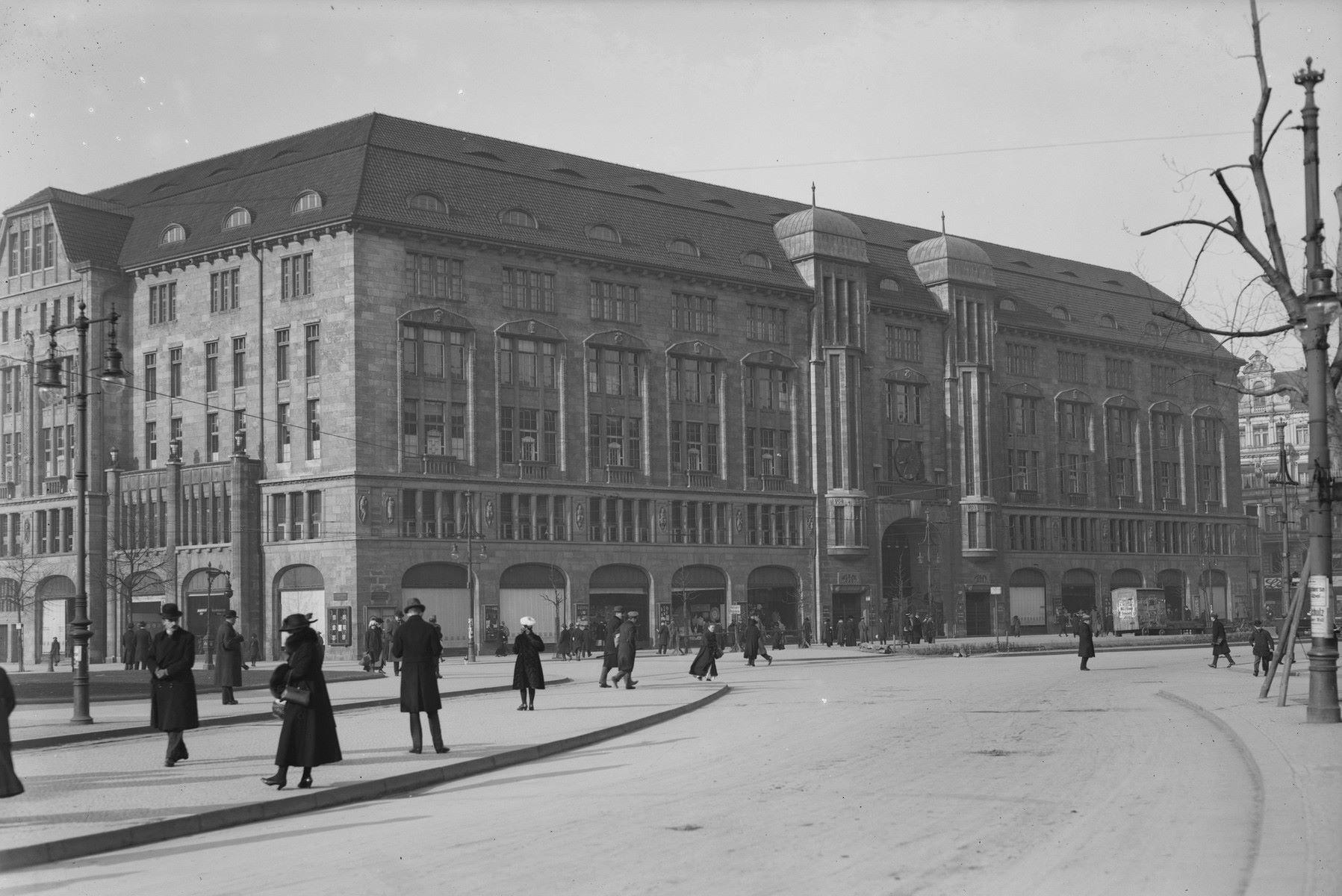 Das Kaufhaus des Westens (KaDeWe) ist ein Warenhaus in Berlin mit einem gehobenen Sortiment und Luxuswaren, das von Adolf Jandorf gegründet und am 27. März 1907 eröffnet wurde.