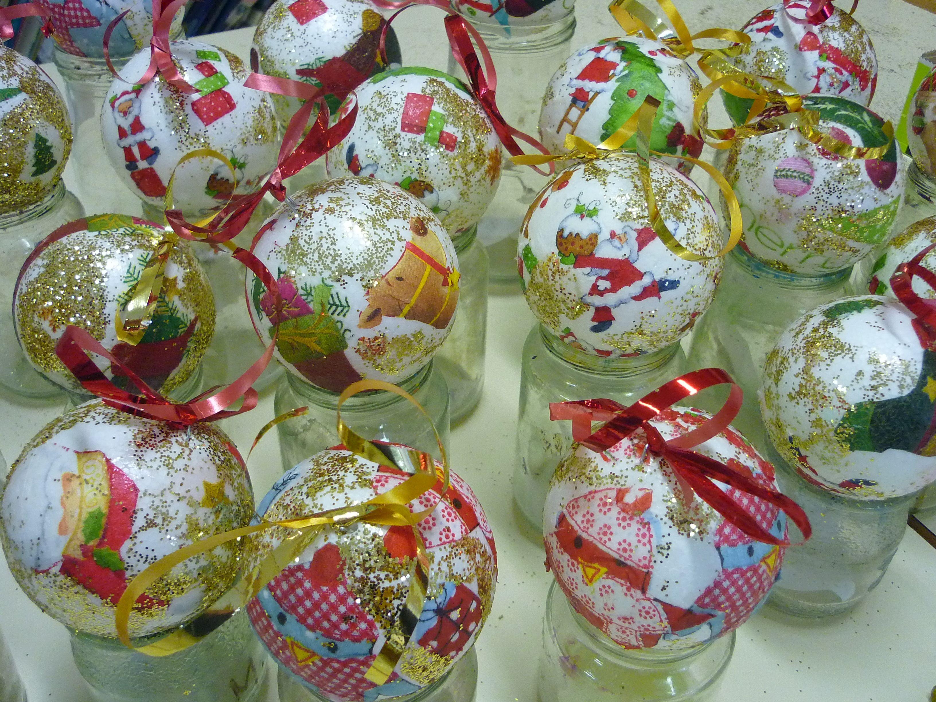 Boules de Noël, serviettage sur boules de polystyrène CM1 CM2