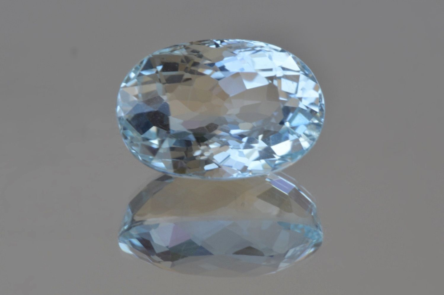 A light Blue Aquamarine. Welll cut, proportions and clarity (a minors inclusions). Oval cut, 2.98 ct. WEIGHT : 2.98 ct. SIZE : 10.48 * 7.21 * 6.23 mm. SHAPE : Oval COLOR : 21. (vslgB) very slightly gr