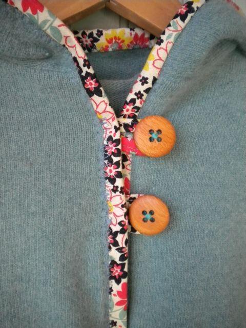 Sewing Detail: Contrasting Binding and Buttons  Kan med fordel bruges til en vendbar jakke/cardigan - hvor man har knapper på begge sider