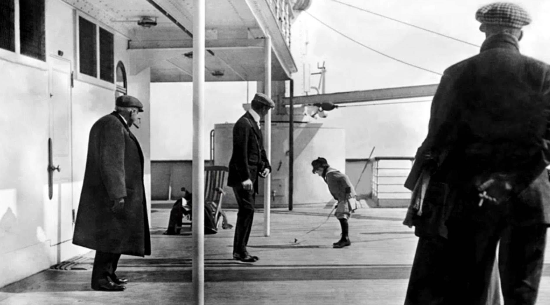 14. Záber na hrajúceho sa chlapca Douglasa Spedenna na palube Titaniku počas plavby do Írskeho Queenstownu. Fotografiu urobil kňaz Francis Browne pre ktorého cesta na Titaniku končila práve v Írskom Queenstowne.