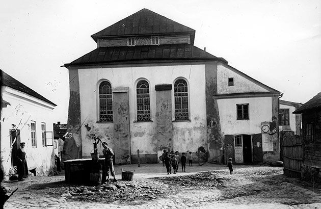Façade of the Nieśwież synagogue in the 1920s. In June 1941, Nieśwież was occupied when Germany invaded the Soviet Union.  By the end of the same year, the Germans had murdered most of the town's Jews, and a ghetto was established.  By July 1942, the remaining Jews had been murdered, and the community of Nieśwież ceased to exist.