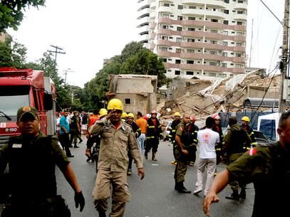 Movimentação de bombeiros, policiais e paramédicos no local onde o prédio em contrução desabou, em Belém Foto: Tarso Sarraf / Agência Estado http://www.eniopadilha.com.br/artigo/1332