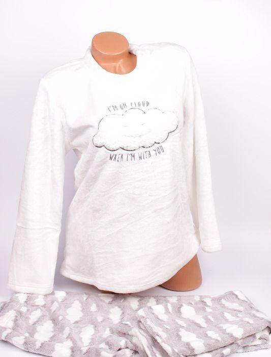 f463b3d7143 0889 699 680 Пухкава дамска пижама изработена от Софт. Бяла горна част с  облаче и надпис отпред. Панталонът е в светлосиво и рзпръснати бели  облачета.