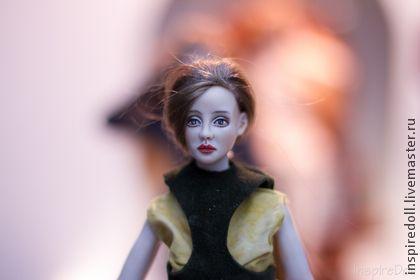 Шарнирная фарфоровая кукла (Лана). Работа полностью авторская .  Фарфор, надглазурная роспись, 32 см рост.  Куколка имеет 18 шарнирных соединений, натянута на пружины, проклеена кожей. Может принимать различные позы, одежда съемная.