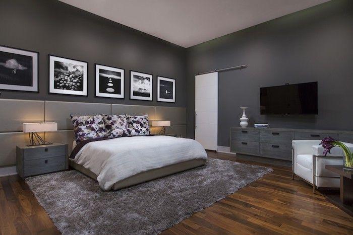 Boden Aus Holz Und Ein Grauer Teppich, Ein Bett Mit Einer Weißen Decke Und  Mit Kissen Mit Blumen, Schlafzimmer Streichen Ideen, Ein Schlafzimmer Mit  Großen ...