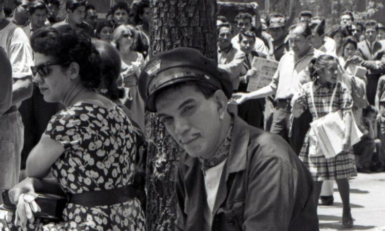 """🎥 🎬 📺 Mario Moreno """"Cantinflas"""", en un momento de reflexión durante un descanso de «Entrega inmediata».-1963"""