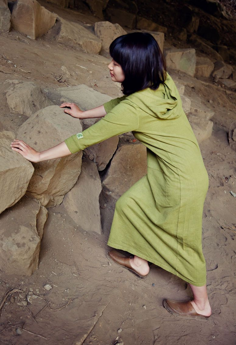 カラスノエンドウで染めた、ヘンプコットンのマキシワンピース    Photo by Martin Holtkamp   http://ma-ho.com/