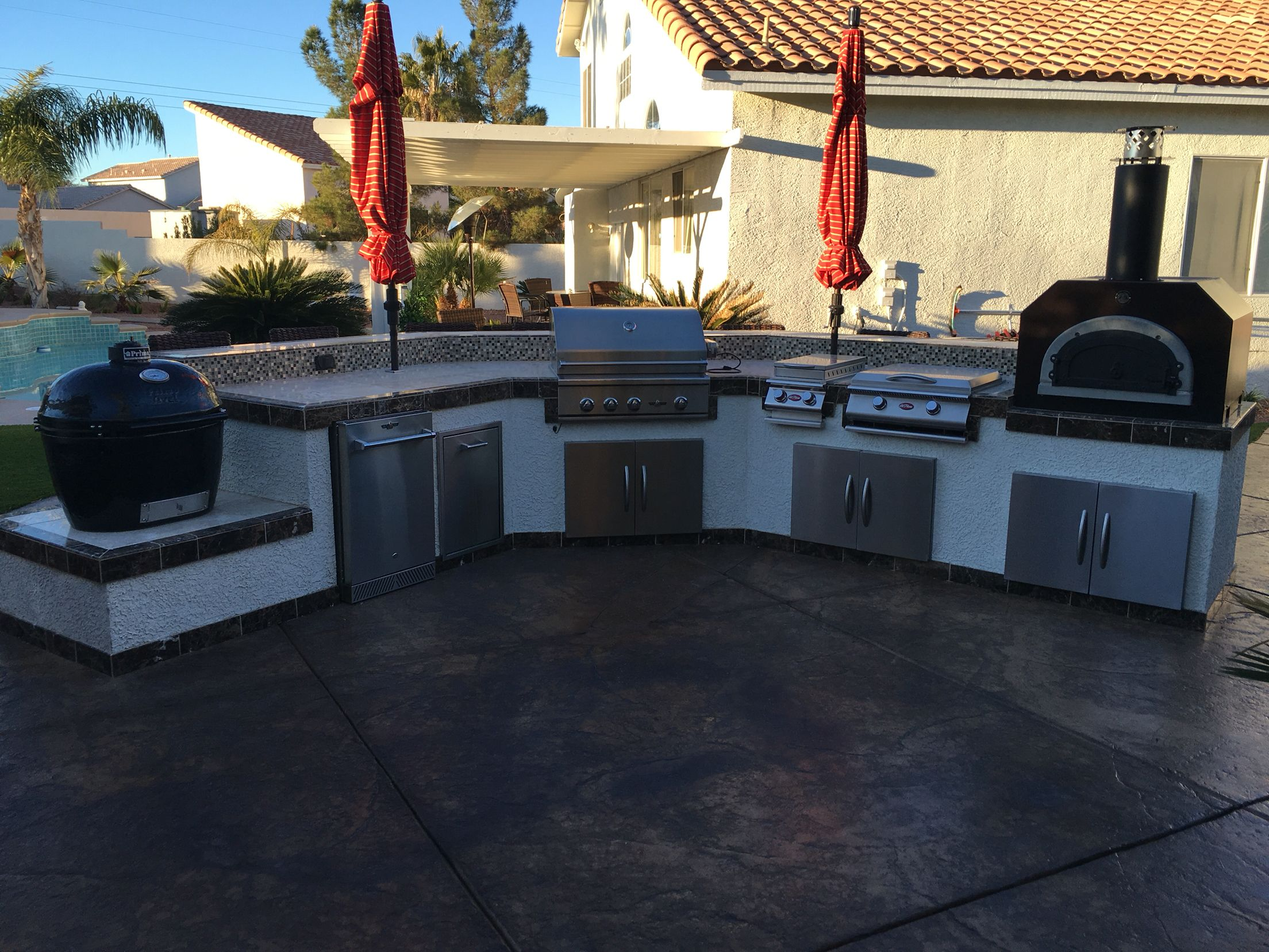 From Left To Right Primo Xl Delta Heat Grill Cal Flame Hibachi And Chicago Brick Oven Now That S Outdoor Hibachi Grill Outdoor Kitchen Brick Oven Outdoor