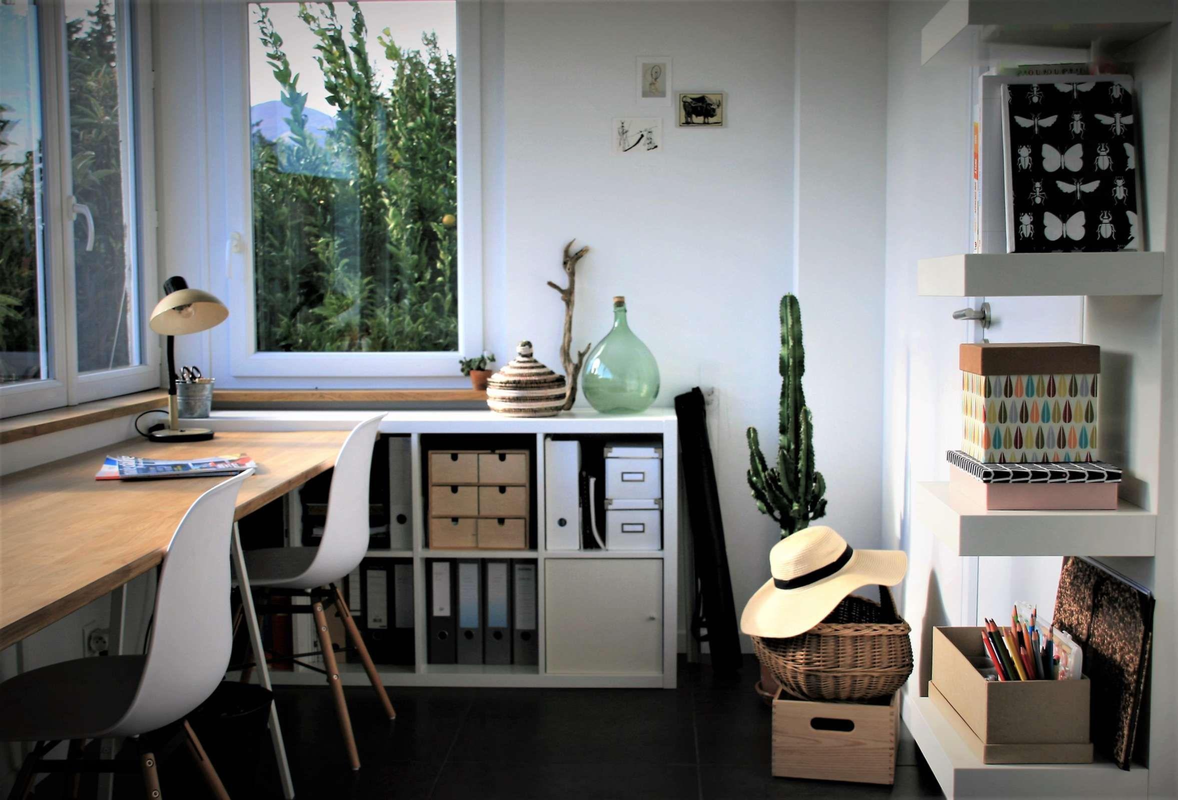 Bureau Sous La Fenetre Et Bibliotheque Ikea Pour Plus De Rangement Amenagement Bureau Bibliotheque Rangement Idee Deco Studio