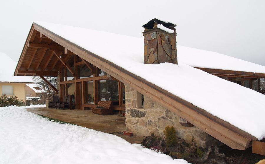 La casa del tejado hasta el suelo manuel monroy pagnon for Tejados de madera casas