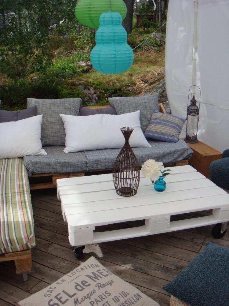 wie lackierter kaffeetisch aus paletten mit rollen wohnzimmer pallet patio furniture. Black Bedroom Furniture Sets. Home Design Ideas