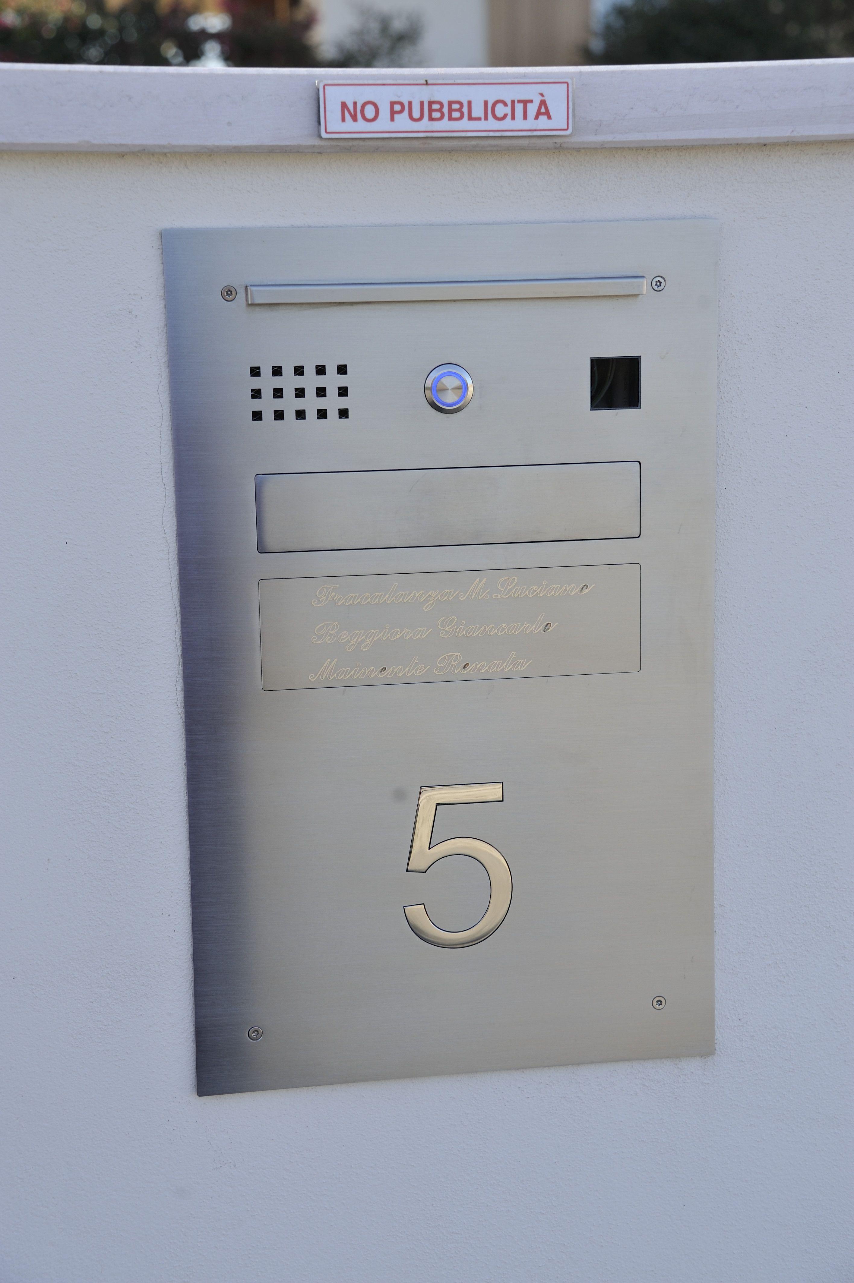 a73f790349 Cassetta postale dotata di luce, porticina per mettere e prendere la posta,  campanello,